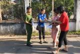Đoàn cơ sở Phòng Cảnh sát PCCC&CNCH Công an tỉnh: Phát tờ rơi, cẩm nang tuyên truyền PCCC và dịch Covid-19