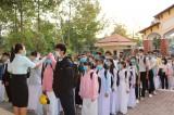 Học sinh được kiểm tra thân nhiệt từ cổng trường