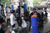 Ứng phó COVID-19, giá xăng RON95-III giảm hơn 2.300 đồng mỗi lít