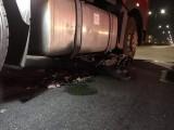 Xe container nghiền nát xe máy giữa ngã tư