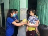 Huyện đoàn Bàu Bàng: Tổ chức phát khẩu trang tự làm cho người dân