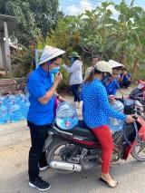Đoàn cơ sở BIDV Bình Dương tặng 500 bình nước cho người dân Bến Tre