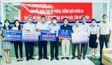 平阳省越南祖国阵线委员会接收社会各界为疫情防控工作和干旱、咸潮入侵地区援助的逾40亿越盾