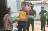 Tuyên truyền phòng chống Covid-19, kết hợp trao quà cho người khó khăn