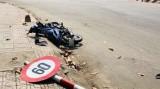 Chạy xe máy tông gãy trụ biển báo, nam thanh niên bị chấn thương nặng