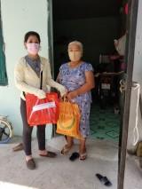 Hội Liên hiệp Phụ nữ huyện Dầu Tiếng: Tặng 70 phần quà cho người bán vé số ở thị trấn Dầu Tiếng