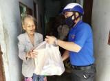 Trung tâm Hoạt động thanh niên tỉnh: Trao tặng 19 phần quà cho người bán vé số dạo