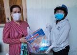 Hội LHPN phường Phú Mỹ (TP.Thủ Dầu Một): Tặng quà cho người bán vé số