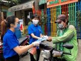Thanh niên tình nguyện hỗ trợ người dân khai báo y tế