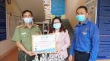 TP.Dĩ An: Thành đoàn trao nước rửa tay sát khuẩn cho công an thành phố