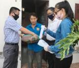 Hơn 100 phần quà đến với người dân ở trọ tại phường Phú Thọ
