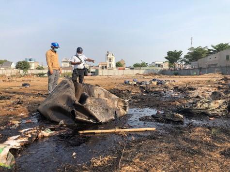 Lén đổ chất thải vô đất của người dân