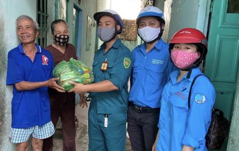 Thành đoàn Thuận An: Phối hợp thăm, tặng 90 phần quà cho những người khó khăn
