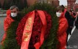 Đặt hoa tại lăng Lê-nin ở Moscow nhân kỷ niệm 150 ngày sinh của Người