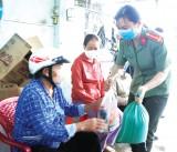 Đoàn viên, Hội viên Công an tỉnh: Thăm, tặng quà người dân có hoàn cảnh khó khăn