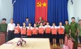 """Đoàn cơ sở Phòng Cảnh sát PCCC&CNCH: Gặp gỡ và tặng quà các em học sinh đạt danh hiệu """"Cháu ngoan Bác Hồ"""""""