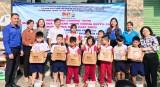 Thành đoàn Dĩ An: Trao quà cho học sinh khó khăn