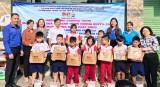 宜安市共青团向贫困学生赠送礼物