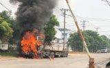 Xe container bốc cháy dữ dội khi tài xế vừa xuống xe