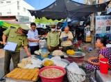 顺安市:对各市场食品卫生安全情况进行检验