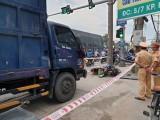 Xe tải hất văng xe máy đang dừng đèn đỏ, một người tử vong