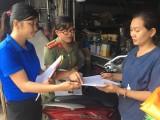 Phát tờ rơi tuyên truyền cho người dân trên địa bàn xã Lạc An