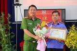 Trao kỷ niệm chương của Bộ Công an cho Viện trưởng Viện Kiểm sát nhân dân tỉnh Bình Dương