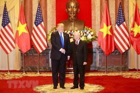 Leaders of Vietnam, US exchange congratulations on diplomatic ties