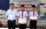 Khen thưởng 2 học sinh giúp người dân trong cơn mưa