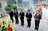 越南伤残军人与烈士日73周年:平阳省领导人在省烈士陵园敬香