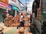 Người dân thu gom hàng trăm thùng nước giải khát giúp tài xế gặp nạn