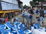 Nhiều người dân tự nguyện thu gom nước suối giúp tài xế container gặp nạn