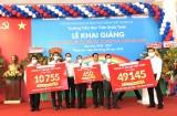 越南本田公司向平阳一年级小学生赠送6多万顶安全帽