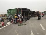 Xe container lật vào làn xe máy, may mắn không ai bị thương