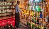 Độc đáo bảo tàng trưng bày vỏ chai nhặt trên các bãi biển