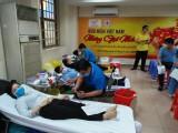 Nhiều cán bộ, nhân viên tình nguyện hiến những giọt máu hồng