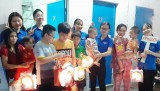 Tặng 230 phần quà cho trẻ em nghèo đường phố