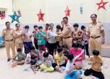Tặng quà cho trẻ em mồ côi, trẻ em khuyết tật tại mái ấm Từ Tâm