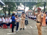 Tuyên truyền Luật giao thông đường bộ cho học sinh ở phường Phú Lợi, TP.Thủ Dầu Một