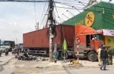 Container lao vào cột đèn, nhiều người may mắn thoát chết