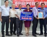 土龙木市天后宫治事委员会为中部灾区捐款3亿越盾