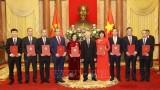越共中央总书记、国家主席阮富仲向驻外大使颁发任命书