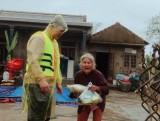 Đoàn cứu trợ Bình Dương trao 1.300 phần quà cho đồng bào miền Trung