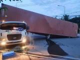 Thùng container lật đè bẹp cabin khiến tài xế tử vong