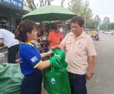 Phát túi vải thân thiện với môi trường cho người dân