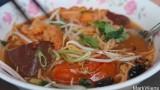 外国游客赞美越南街边的蟹膏汤米线
