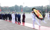 越南民族统一阵线成立90周年:党、国家和祖国阵线领导人拜谒胡志明主席陵墓