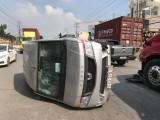 Ô tô 16 chỗ lật ngang sau va chạm, tài xế bị thương nặng