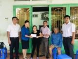 """Ban vận động Ngày """"Vì người nghèo"""" tỉnh trao tiền hỗ trợ 2 gia đình"""