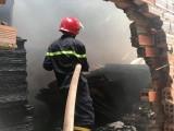 Đục tường khống chế lửa cháy ở cơ sở sản xuất gỗ ván ép